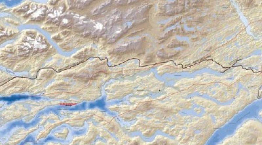 Der ses frem til vejen mellem Sisimiut og Kangerlussuaq.